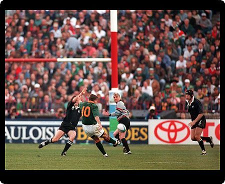 JOHANNESBURG, 24/06/1995.  RUGBY WORLD CUP FINAL 1995 SOUTH AFRICA V NEW ZEALAND. JOEL STRANSKY KICKS THE WINNING DROP GOAL FOR SOUTH AFRICA, AS ANDREW MEHRTENS (NZ) TRIES TO STOP HIM.  CREDIT: COLORSPORT/STUART MACFARLANE