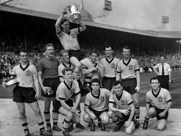 Football : FA Cup Final, Wolverhampton Wanderers v Blackburn Rovers 07/05/1960. Wolves team. Credit: Colorsport. Bill Slater (Captain) lifts the trophy. L to R. Back row. Gerry Harris,Malcolm Finlayson,Ron Flowers,Peter Broadbent,Eddie Clamp