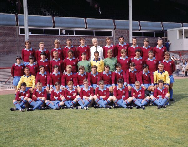 Football - 1969 / 1970 Aston Villa photocall - Full Squad Team Group Back (left to right): Peter Broadbent, Alan Deakin, Ian Hamilton, Barry Hole, Ferd Turnbull, Fred Pedley (physiotherapist), Barry Lynch, Lew Chatterley, Keith Bradley, Joe Donnelly