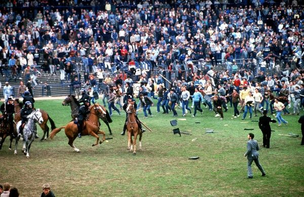 The fans invade the pitch and start a riot. The Police use horses to control them. Birmingham City v Leeds United, 11/5/85 1985. Credit: Colorsport/Andrew Cowie