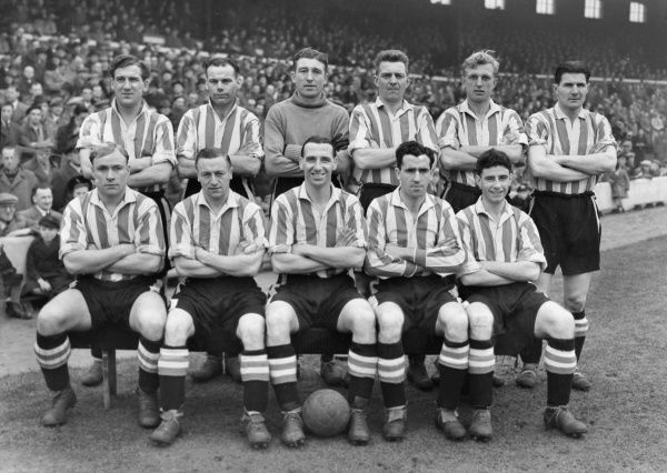 Football - 1952 / 1953 Second Division - Blackburn Rovers 3 Brentford 0  The Brentford team group before the game at Ewood Park on 17/1/53.   Back (left to Righ): A. Harper, F. Monk, A. Jeffries, R. Munro, W. Bragg, F. Latimer.  Front: V. Godwin, W