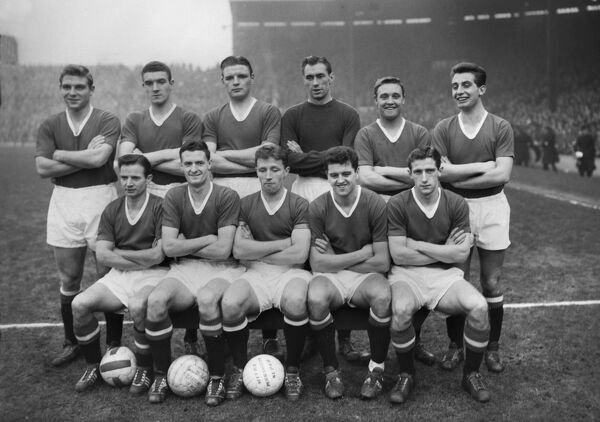 Manchester United team group 1957/1958 season Back, l-r: Duncan Edwards, Bill Foulkes, Mark Jones, Ray Wood, Eddie Colman, David Pegg.  Front: Johnny Berry, Billy Whelan, Roger Byrne, Tommy Taylor, Dennis Viollet.  Credit : Colorsport