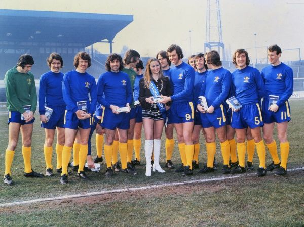 Football - 1971 / 1972 season - Chelsea Team Group  Chelsea team pose with the Remington shavers girl. Left to right: Peter Bonetti, Charlie Cooke, Eddie McCreadie, Paddy Mulligan, John Phillips, David Webb, Peter Osgood, John Boyle, Tommy Baldwin