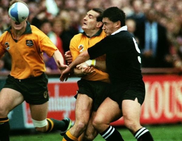 David Campese passes over his shoulder for Tim Horan to score as Graeme Bachop tackles. Australia v New Zealand, Rugby World Cup Semi-Final, Lansdowne Road, Dublin, 27/10/1991. Credit: Colorsport / Andrew Cowie