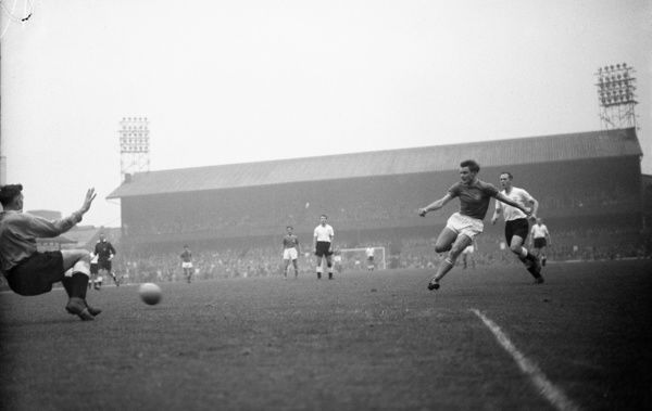 Football - 1962 / 1963 Second Division - Derby County 1 Chelsea 3    Bobby Tambling shoots for Chelsea, at Baseball Ground.    27/10/1962