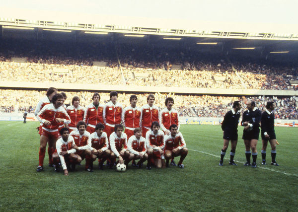 Football - 1981 European Cup Final - Liverpool 1Real Madrid 0     Graeme Souness gestures at the camera as the Liverpool squad pose for their team group photograph before kick-off at the Parc des Prince, Paris. Hungarian Referee Karoly Palotai