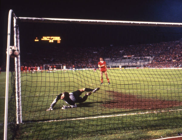 Football - 1984 European Cup Final - Liverpool 1* Roma 1 (*won 4-2 on pen a.e.t.)   The penalty shoot-out, at the Stadio Olimpico, Rome.   Fifth kick. Goalkeeper Franco Tancredi. Liverpool captain Graeme Souness scores; score 2-1.   30/05/1984