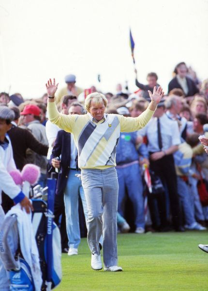 Greg Norman (AUS) greet the applause on the 18th green before putting his final shot to win the British Open. British Open Golf Championships 1986 @ Turnberry. Credit : Colorsport