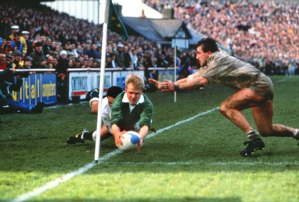 Simon Geoghegan (Ire) scores Ireland's only try as Mike Teague dives in vain to stop him. Ireland v England Ireland 7 : 16 England Dublin 02/03/1991 Rugb y Union 5 Nations Championship Credit : Colorsport