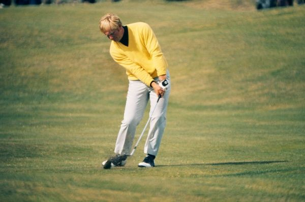 Jack Nicklaus (USA) chips onto the 12th green. British Open Golf Championships 1970 @ St Andrews. 12/07/1970 Credit : Colorsport
