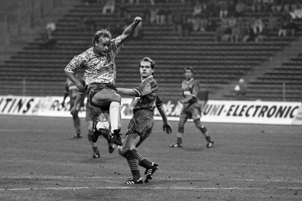 Football - UEFA Cup 1993 / 1994 - Bayern Munich vs. Norwich City Jeremy Goss of Norwich scores the first goal with a spectacular volley, as Christian Nerlinger looks
