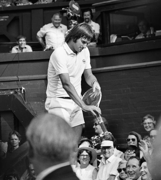 Jimmy Connors jokes with the Wimbledon crowd in 1975