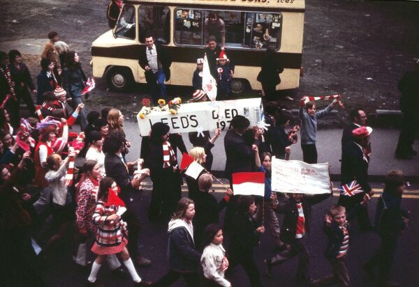 A Coffin with the words 'Leeds died 1973' is carried through the streets on the way to Roker Park ground.  Sunderland homecoming. FA Cup Final 1973 after beating Leeds United 07/05/1973 Credit : Colorsport