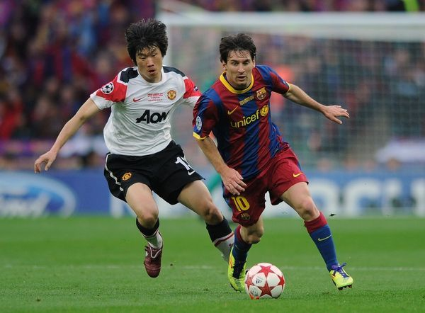 Football - UEFA Champions League Final - Barcelona vs. Manchester United Park Ji-Sung of Manchester United chases down Lionel Messi of Barcelona at Wembley Stadium, London