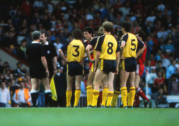 Football - 1988 / 1989 Liverpool v Arsenal. 26/05/1989     Arsenal and Liverpool players wait for Referee Mr. Hutchinson to consult the linesman after Alan Smith's 1st goal     Credit : Colorsport / Andrew Cowie