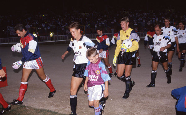 Football - 1990 Makita International Tournament - Arsenal 2 Aston Villa 0     The two teams walk out, at Wembley. David Seaman, far left, playing his first game in England for Arsenal.     10/08/1990