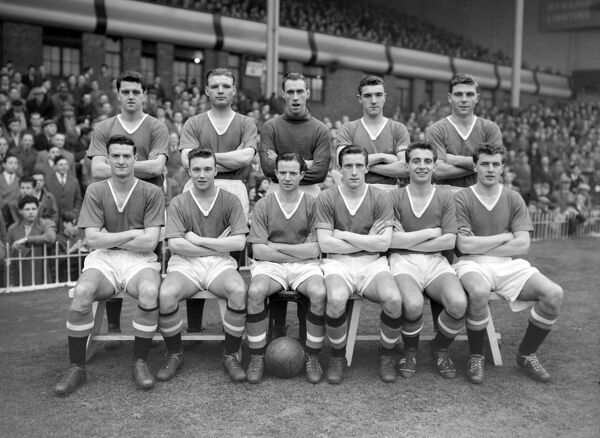 Manchester United team Group. 1956-57 season (back row L>R) Tommy Taylor, Mark Jones, Ray Wood, Willy Foulkes, Duncan Edwards, (front row L>R) William Whelan, Edward Colman, John Berry, Dennis Violet, David Pegg, Geoff Bent. Credit: Colorsport