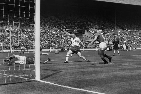 Nat Lofthouse (Bolton) scores Bolton Wanderers 1st goal after only 3 minutes, past Harry Gregg (United goalkeeper). 03/05/1958 Bolton Wanderers v Manchester United FA Cup Final 1958. Credit: Colorsport