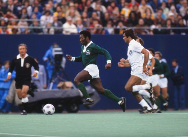 Football Pele (Cosmos) runs with the ball during his last game. Pele's farewell game. Cosmos v Santos, Giants Stadium, New York, 01/10/1977