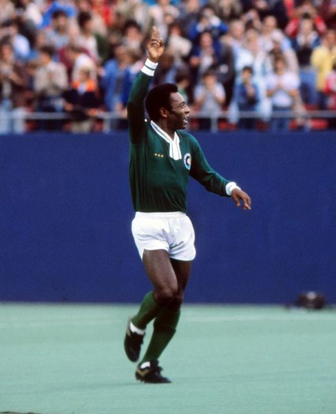 Football Pele (Cosmos) calls for the ball during his final game. Pele's farewell game. Cosmos v Santos, Giants Stadium, New York, 01/10/1977