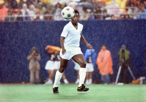 Football Pele changes shirts and plays the second half of the game for his old club Santos in the rain. Pele's farewell game. Cosmos v Santos, Giants Stadium, New York, 01/10/1977