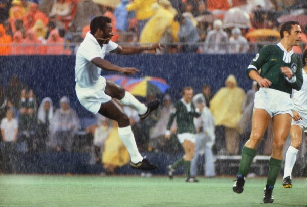 Football Pele almost scores for his old club Santos during his final game