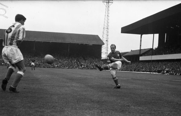 Football - 1962 / 1963 Second Division - Stoke City 0 Chelsea 0    Frank Blunstone shoots for Chelsea, at the Victoria Ground.    01/09/1962