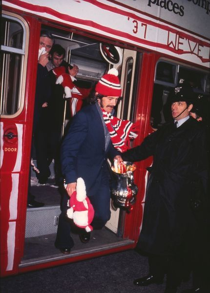 Sunderland Captain Bobby Kerr gets off the open top bus with the trophy, after their FA Cup Final victory over Leeds United. 1973 FA Cup Homecoming after the FA Cup Final v Leeds United. 07/05/1973 Credit : Colorsport