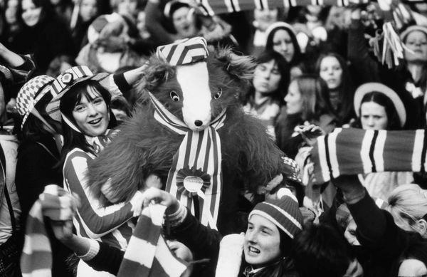 Football Sunderland Fans Sunderland girls and giant Teddy Bear wait for the team to arrive back at Roker Park 1973 Sunderland FA Cup Homecoming after the FA Cup Final v Leeds United. 07/05/1973 Credit : Colorsport / Mike Wall