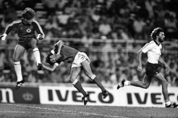 Football PATRICK BATTISTON (FRANCE) IS KNOCKED UNCONSCIOUS BY WEST GERMAN GOALKEEPER Harald TONI SCHUMACHER. WORLD CUP SEMI-FINAL, SEVILLE, SPAIN, 08/07/1982.  CREDIT : COLORSPORT / STEWART FRASER