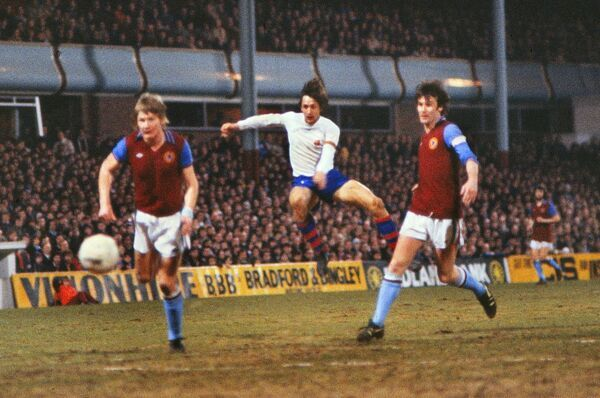 Football - 1977 / 1978 UEFA Cup - Quarter-Final, First Leg: Aston Villa 2 Barcelona 2 Johan Cruyff scores the opening goal of the game for Barcelona between Ken McNaught, left, and Leighton Phillips at Villa Park