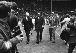 Bob Stokoe (Sunderland manager) and Don Revie (Leeds manager) lead their teams out