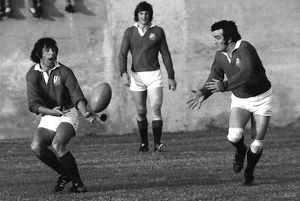 Ian McGeechan passes to Phil Bennett for the British Lions in 1974