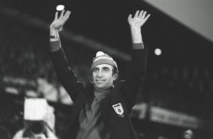 football/english football fa cup winners/sunderland manager bob stokoe waves roker park